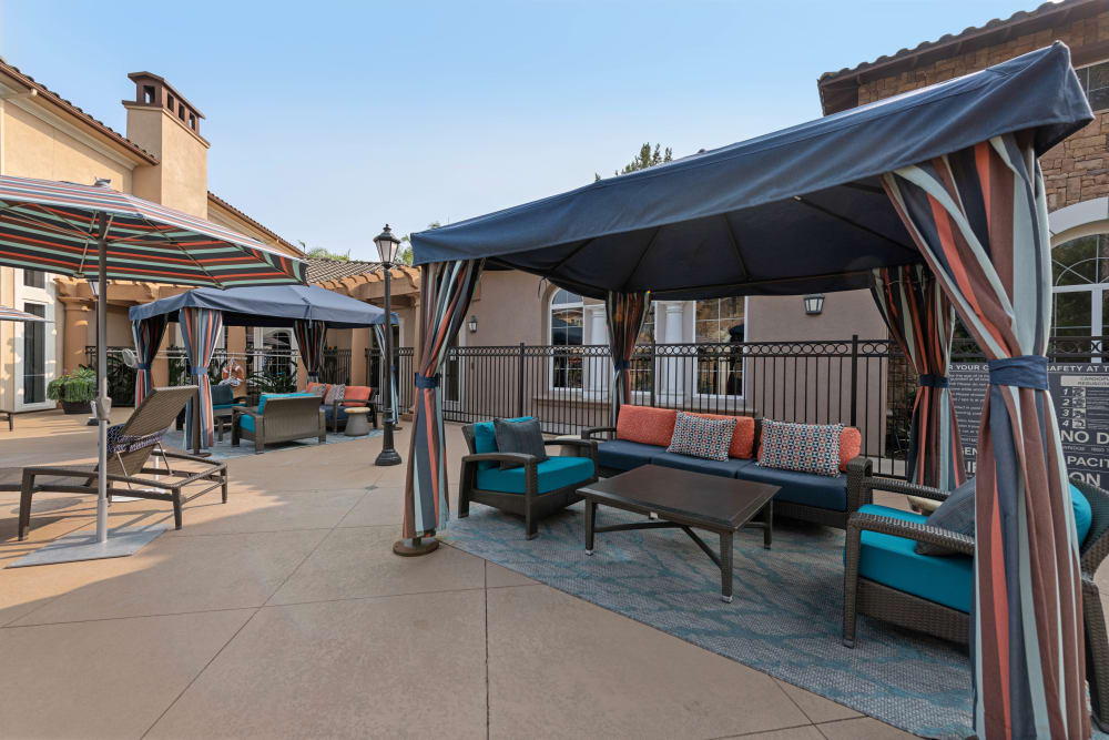Community space featuring a shade pergola and lounge seating at Sofi Shadowridge in Vista, California
