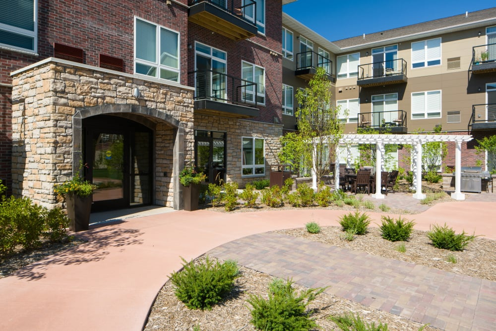 Beautifully manicured exterior at Remington Cove Apartments in Apple Valley, Minnesota