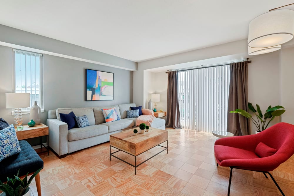 Capitol Park Plaza & Twins bright living spaces