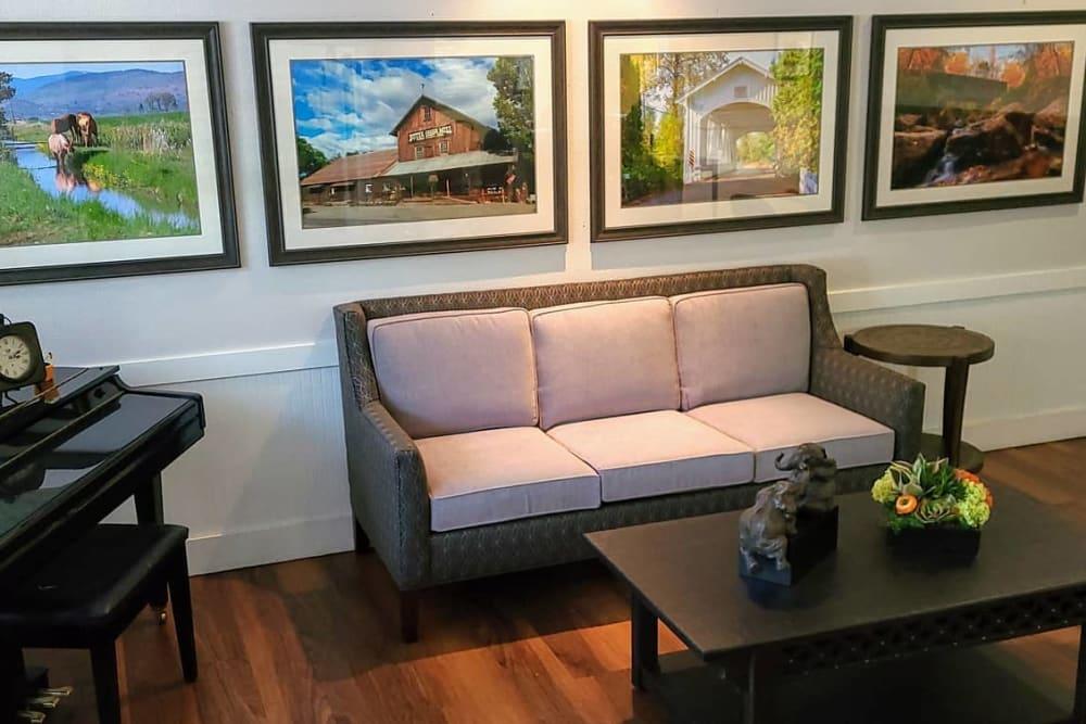 Lounge at Lakeland Senior Living in Eagle Point, Oregon