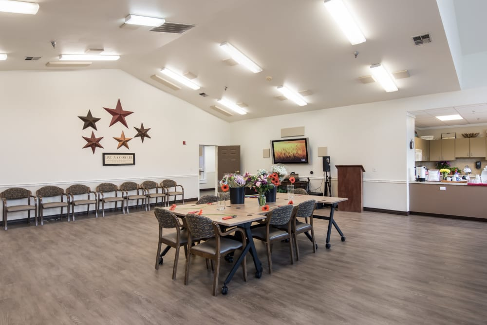 Community room at Merrill Gardens at Sheldon Park in Eugene, Oregon.