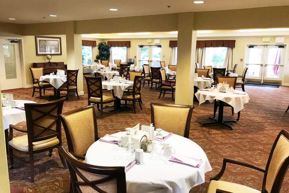Large dining room at Woodside Senior Living in Springfield, Oregon