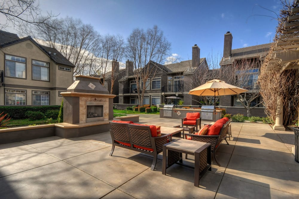 The patio lounge with comfortable seating at Larkspur Woods in Sacramento, California