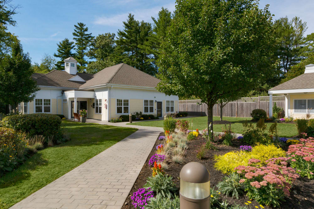 Well manicured exterior landscape at Regency Place in Wilmington, Massachusetts