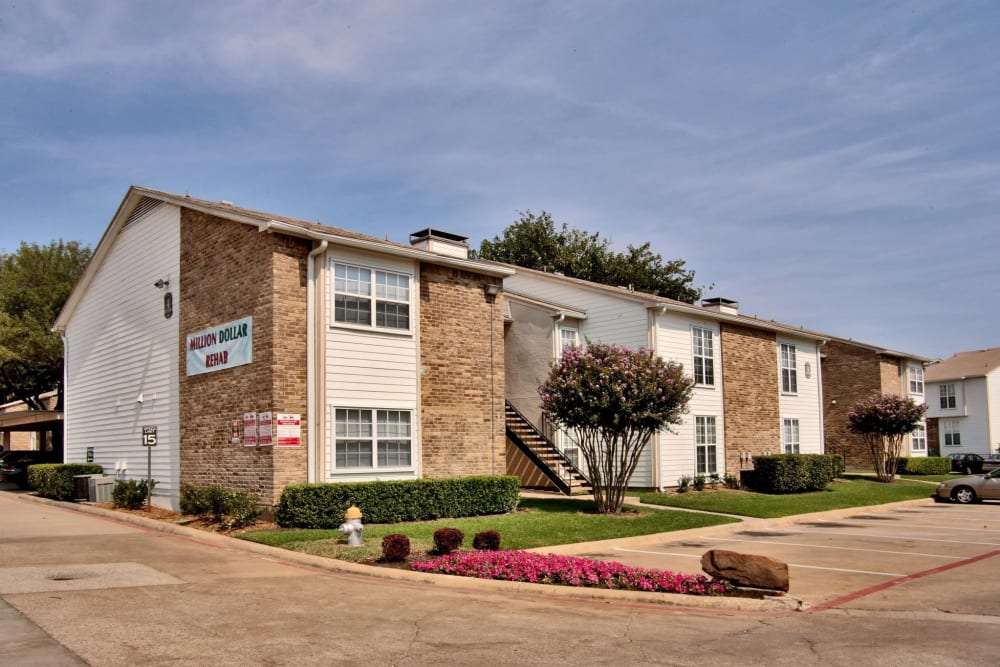 Exterior of apartment building at Grand Seasons Apartment Homes in Dallas, Texas
