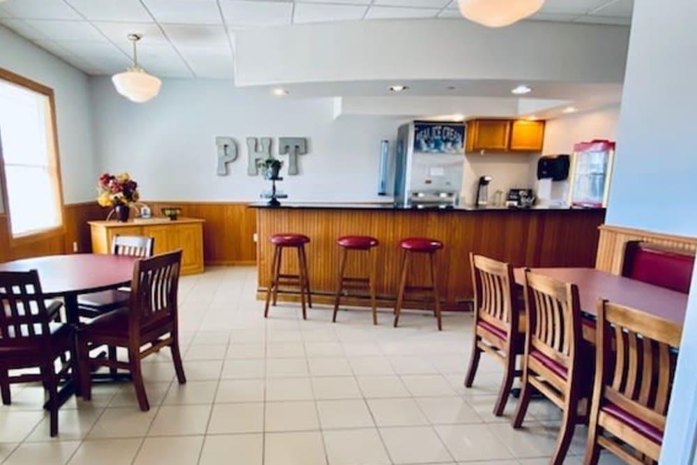 Spacious resident dining room at Prairie Hills Tipton in Tipton, Iowa.
