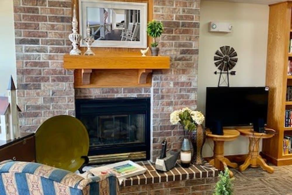 Comfortable common room with TV at Prairie Hills Tipton in Tipton, Iowa