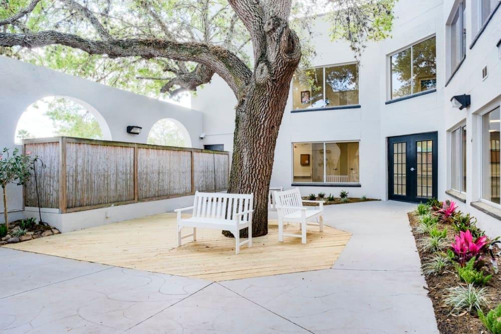 Outdoor courtyard at Grand Villa of Sarasota