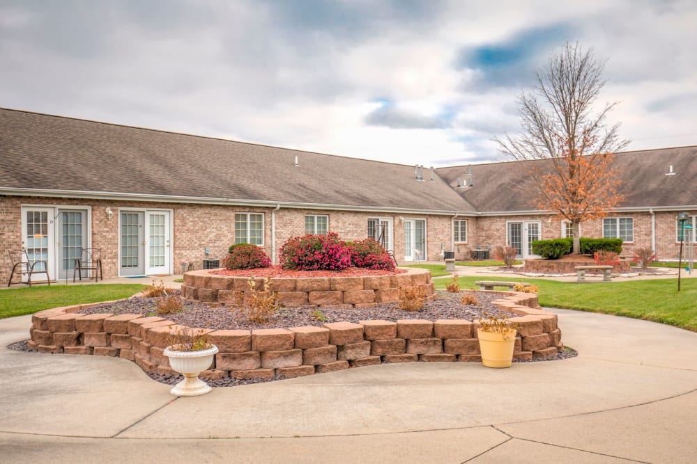 Courtyard with foliage at Brookstone Estates of Olney in Olney, Illinois