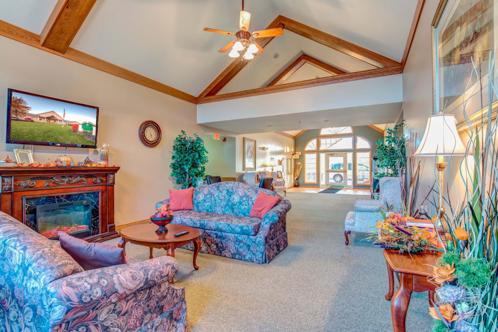 Lounge area at Brookstone Estates of Harrisburg in Harrisburg, Illinois.