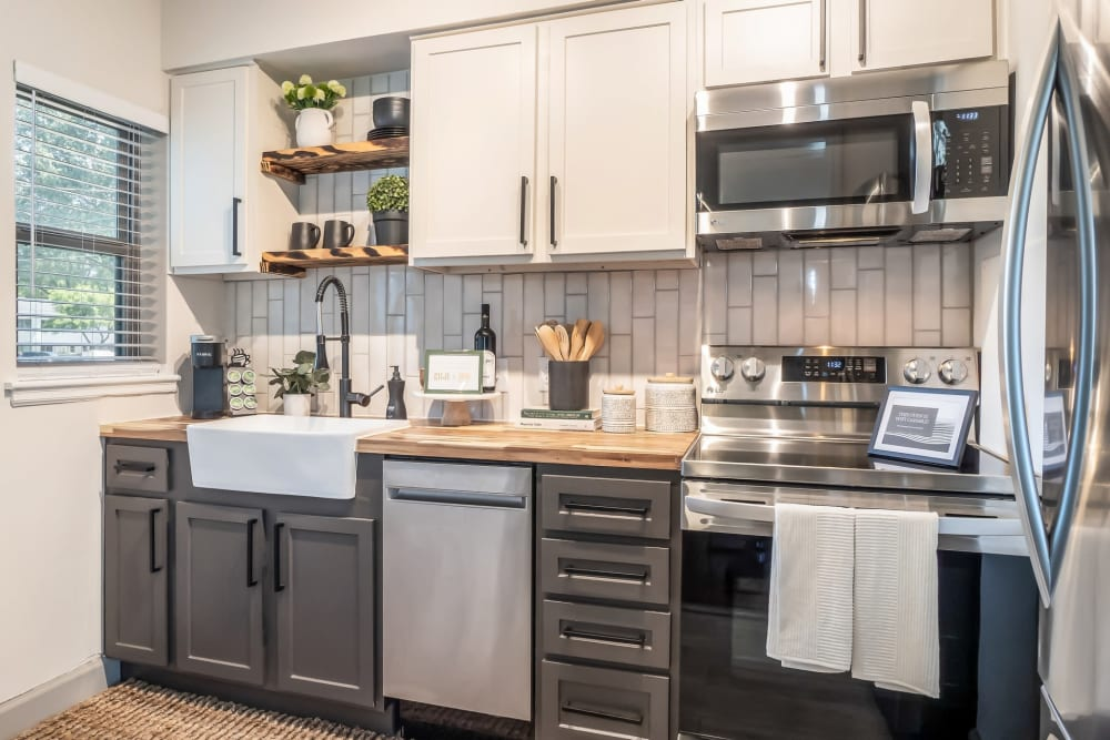 Fully equipped kitchen at Kiwi Goji Apartments in Memphis, Tennessee