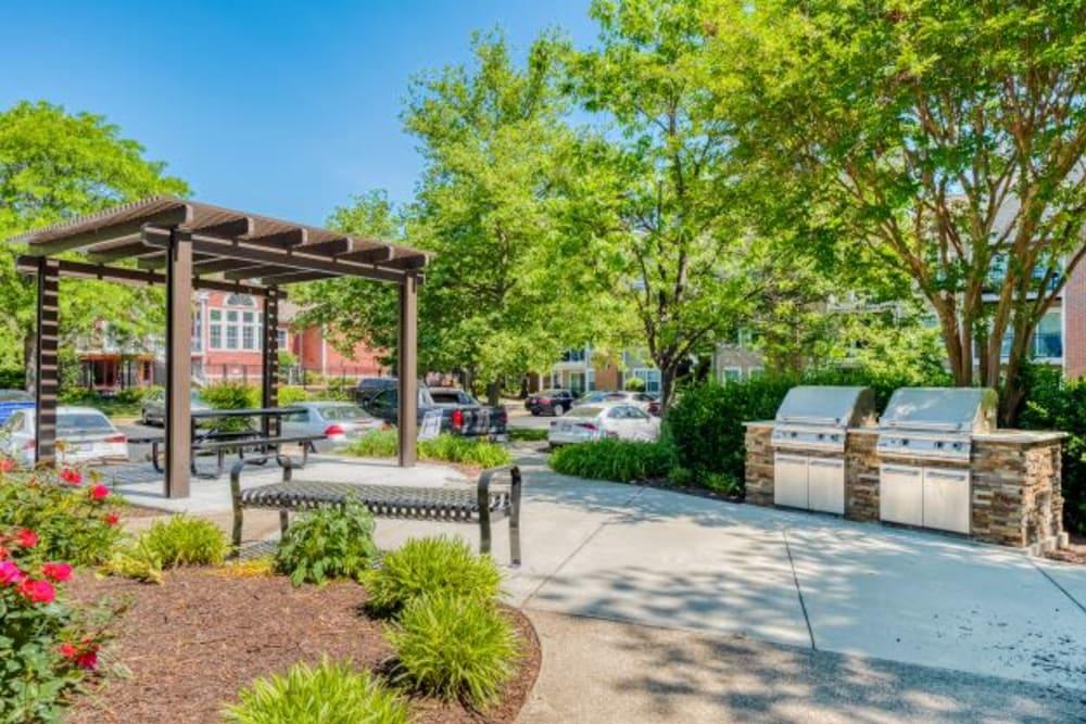 Outdoor picnic & bbq area at Abbotts Run Apartments in Alexandria, Virginia