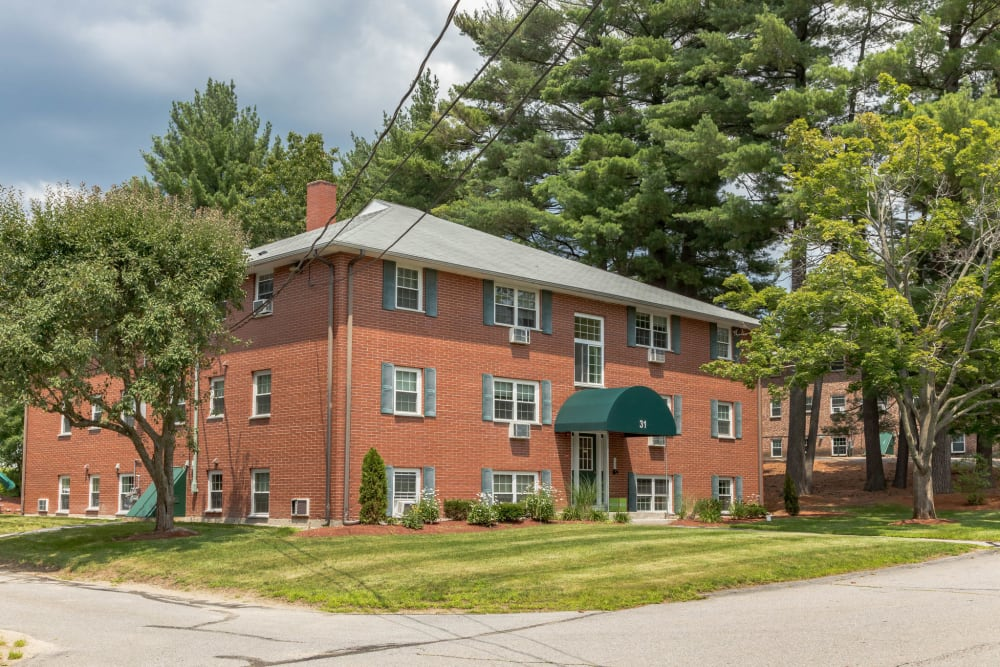 Exterior view of apartments at Eagle Rock Apartments at Nashua in Nashua, New Hampshire