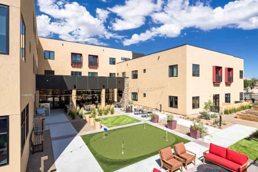 Courtyard with a putting green and seating at Amaran Senior Living in Albuquerque, New Mexico