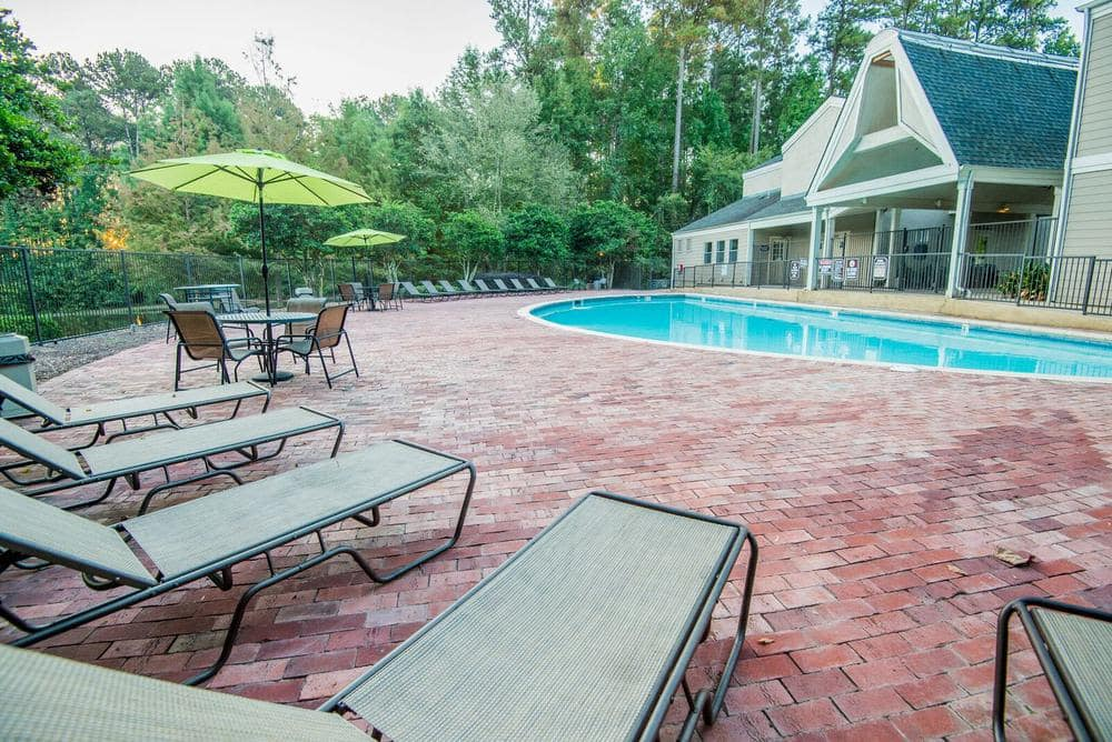 The Pointe of Ridgeland offers a modern swimming pool in Ridgeland, Mississippi