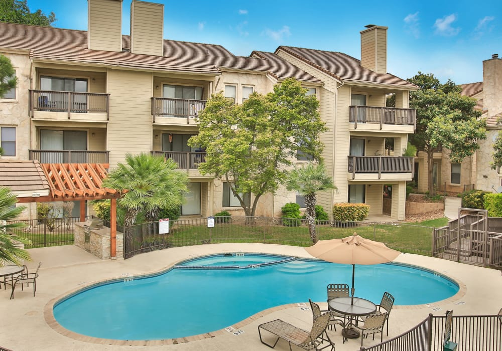 Beautiful swimming pool at Turtle Creek Vista Apartments in San Antonio, Texas