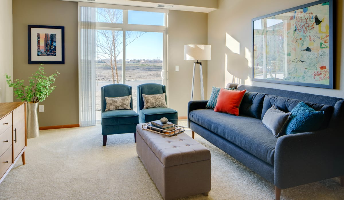 Living room with plush carpeting at Remington Cove Apartments in Apple Valley, Minnesota