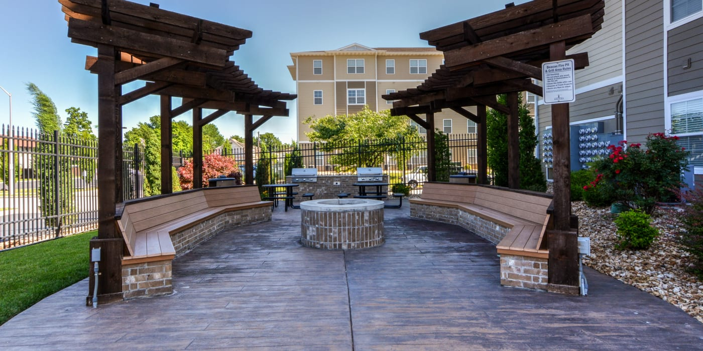 The patio with a firepit and plenty of seating at Beacon Springfield in Springfield, Missouri