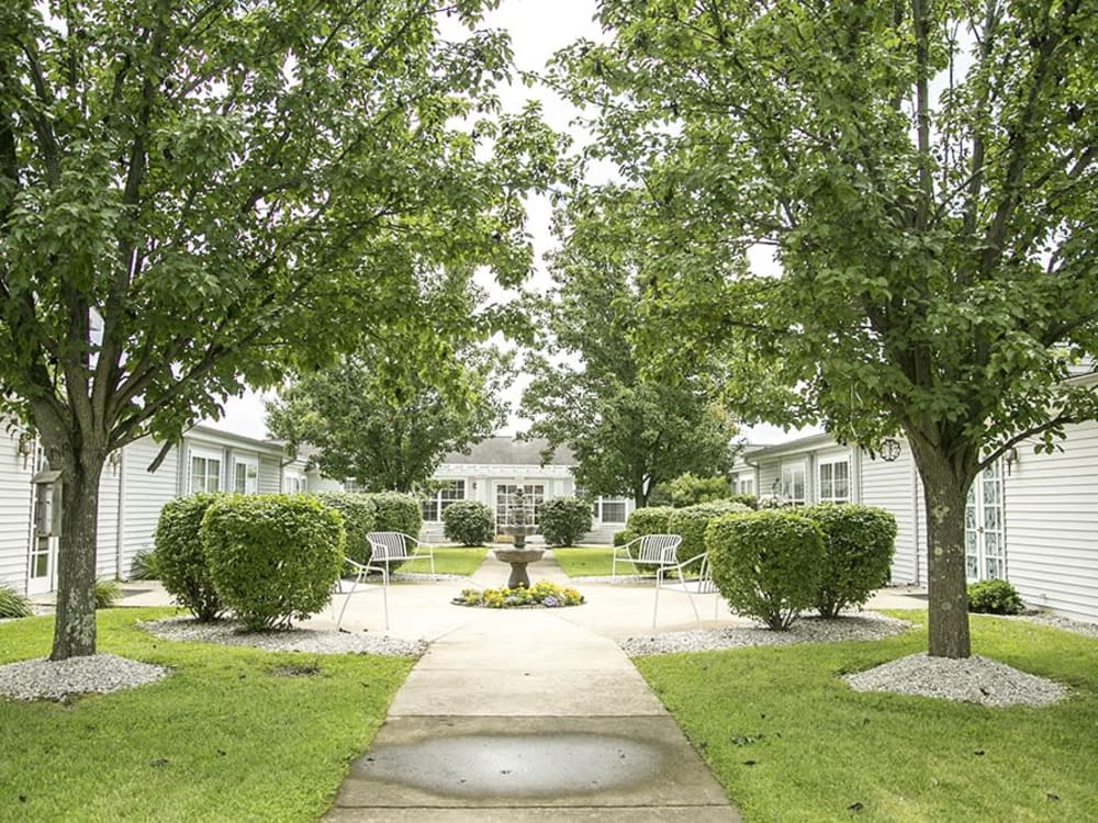 Courtyard with walking paths, green trees and manicured shrubs at Randall Residence of Wheelersburg in Wheelersburg, Ohio