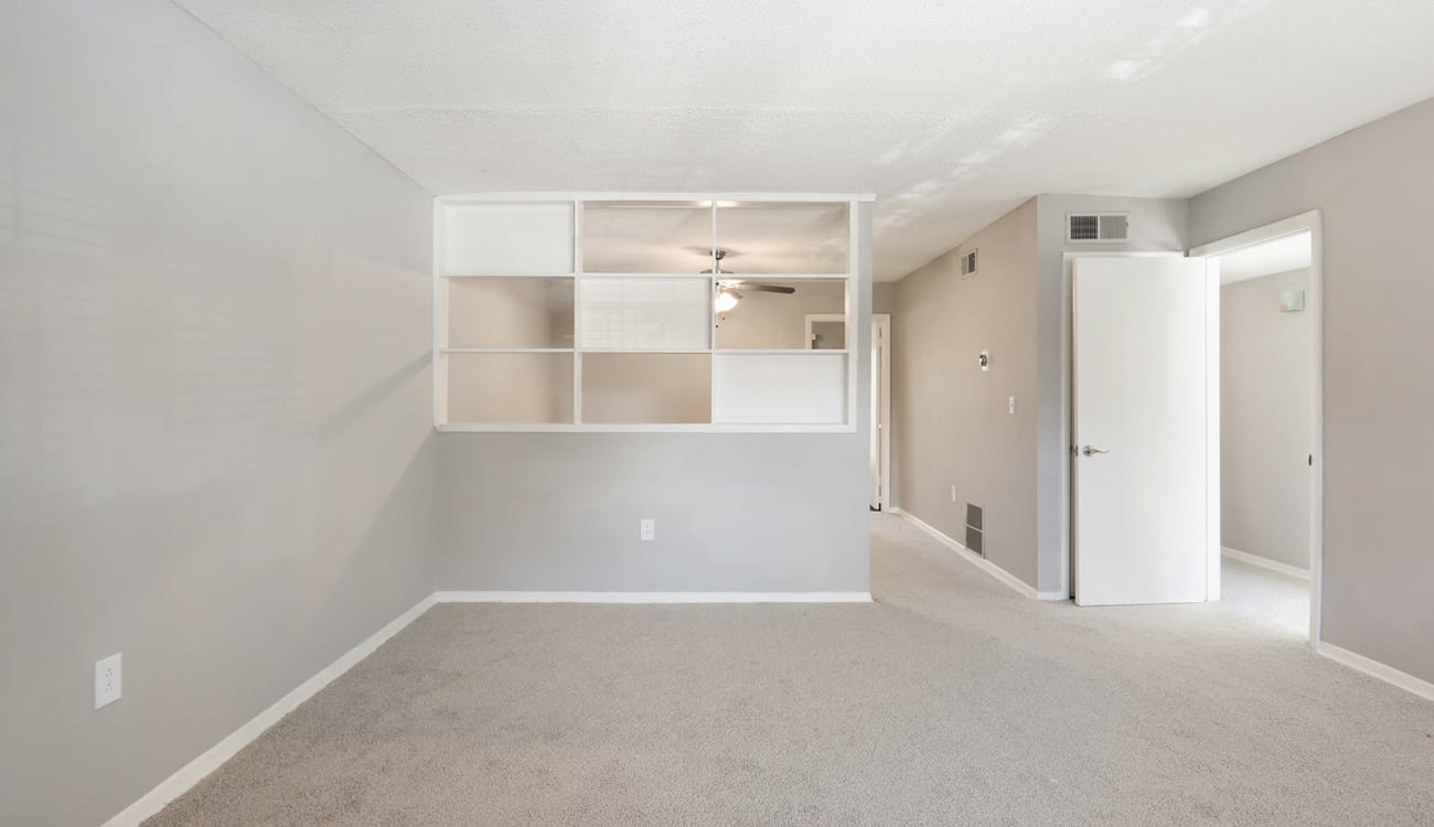 Plush carpeting in the spacious open-concept living area of an apartment at Alturas Embry Hills in Doraville, Georgia