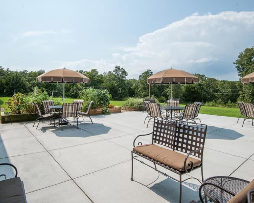 Outdoor dining area at Victorian Place of Owensville in Owensville, Missouri