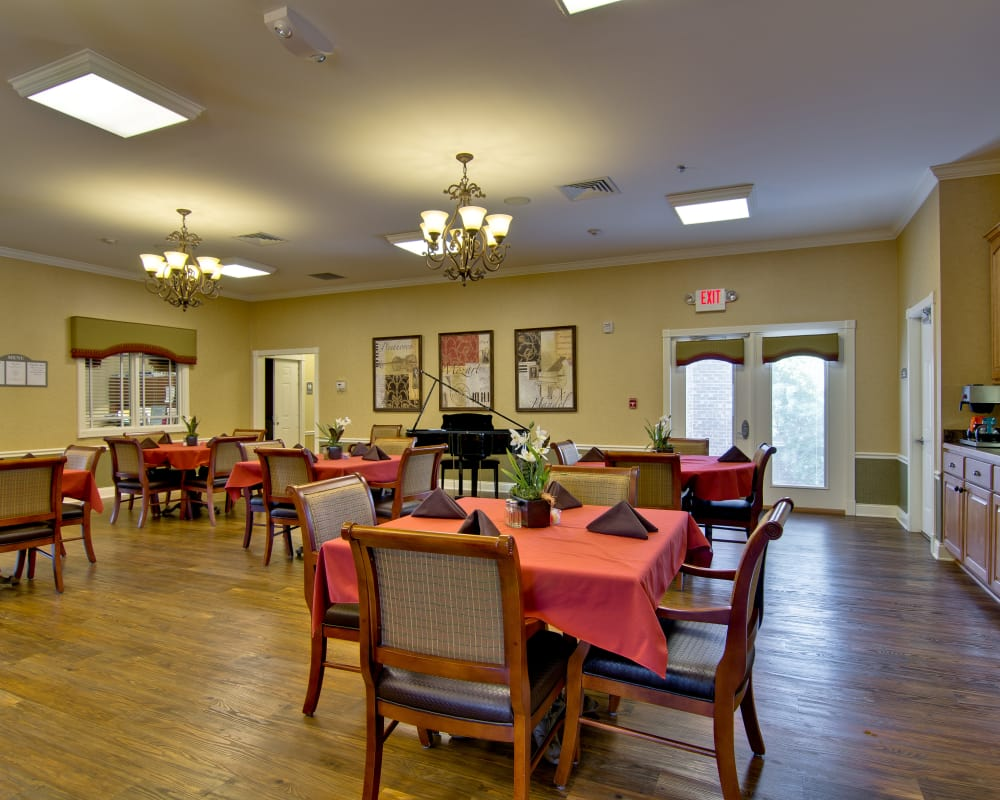 Parkway Gardens Senior Living offers a dining area in Fairview Heights, Illinois