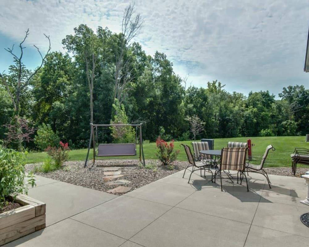 Outdoor seating at Victorian Place of Washington Senior Living in Washington, Missouri