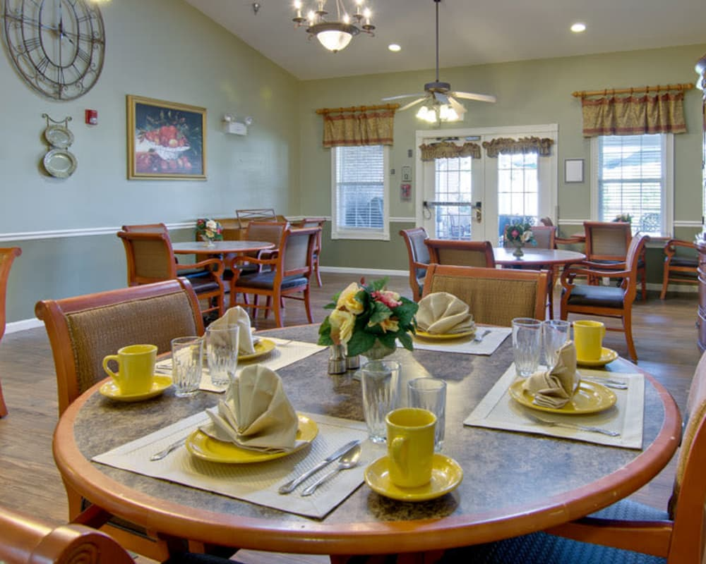 Well decorated dining area table at Ravenwood Senior Living in Springfield, Missouri