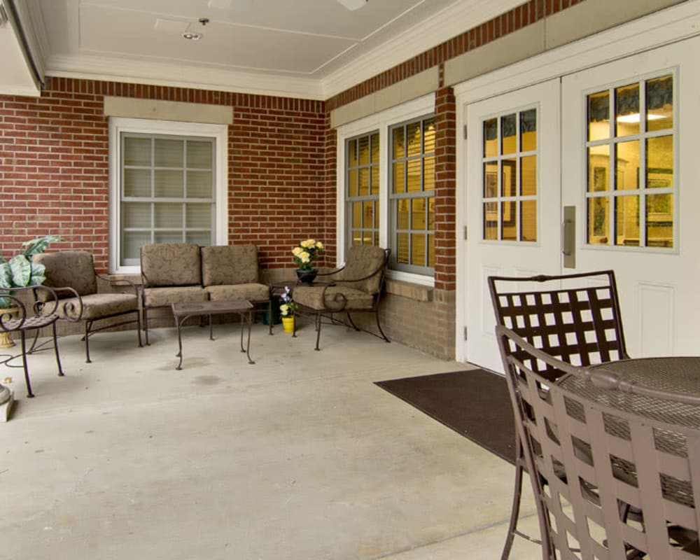 Covered outdoor seating at Schilling Gardens Senior Living in Collierville, Tennessee