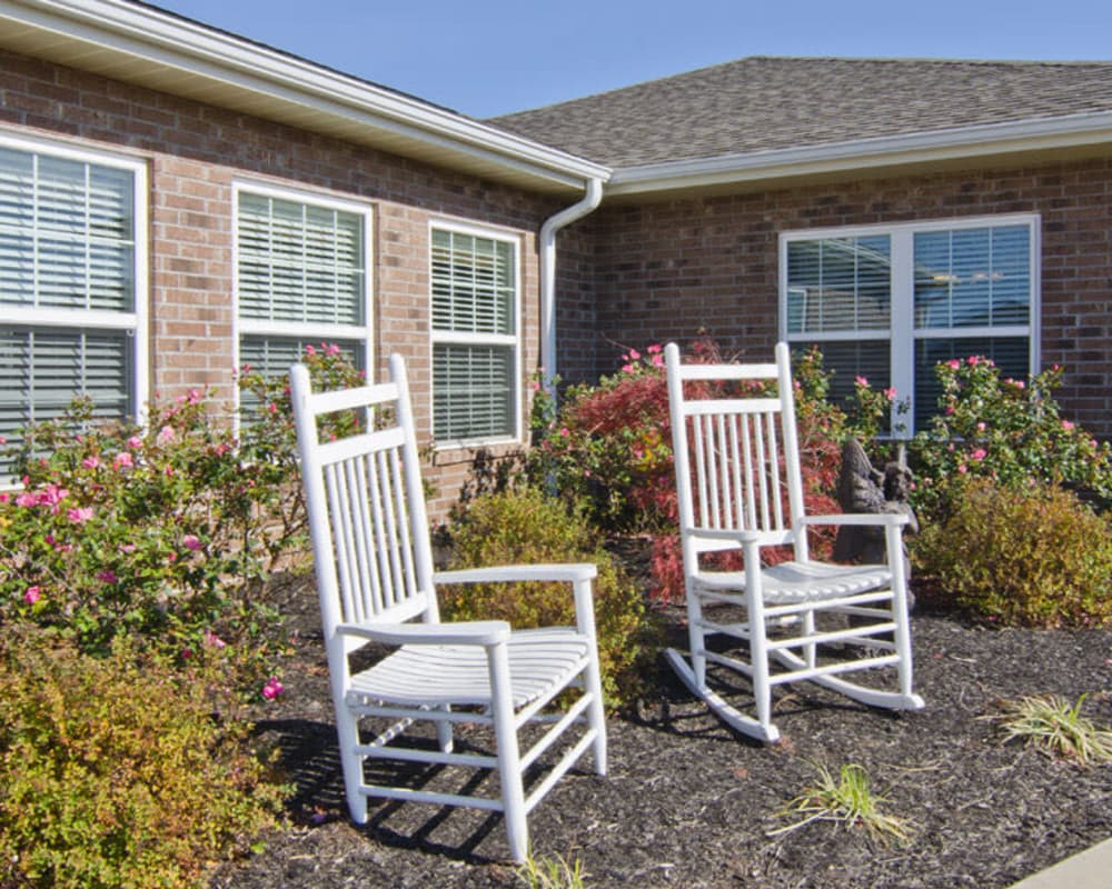 Covered outdoor seating at Etheridge House Senior Living in Union City, Tennessee