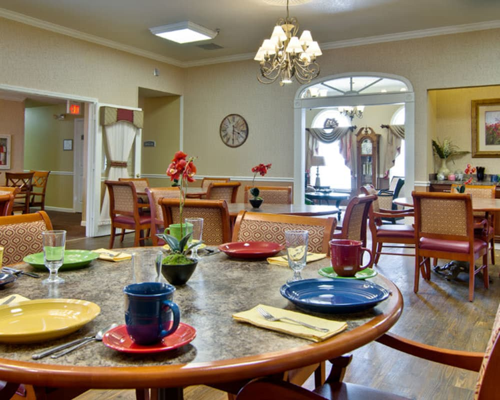 Well decorated dining area table at NorthRidge Place in Lebanon, Missouri