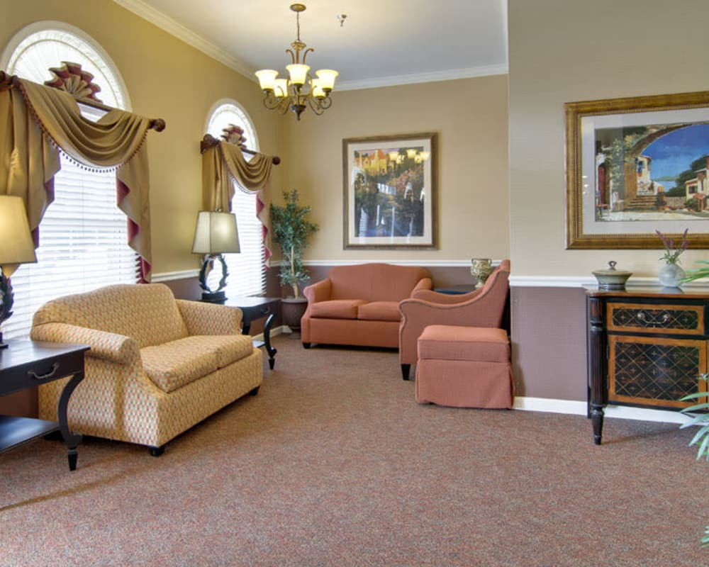 Cozy lounge area at NorthRidge Place in Lebanon, Missouri