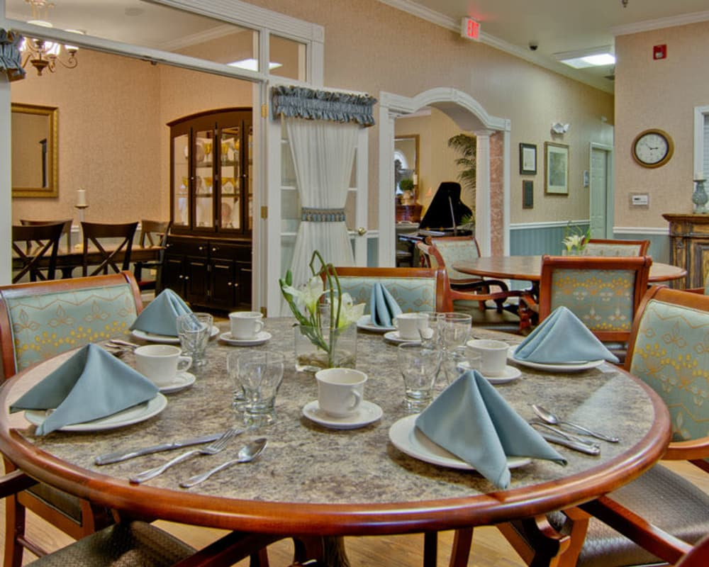Well decorated dining area table at Alexandria Place in Jackson, Tennessee