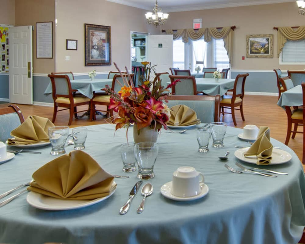 Well decorated dining area table at Dunsford Court in Sullivan, Missouri