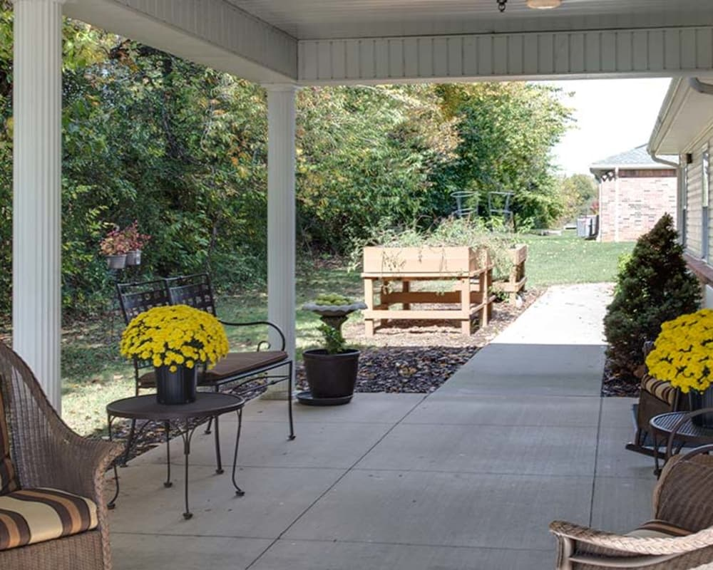 Outdoor seating on the back patio at Lakewood Senior Living in Springfield, Missouri