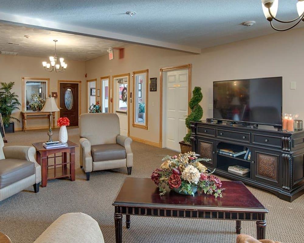 Cozy lounge area at Victorian Place of Washington in Washington, Missouri