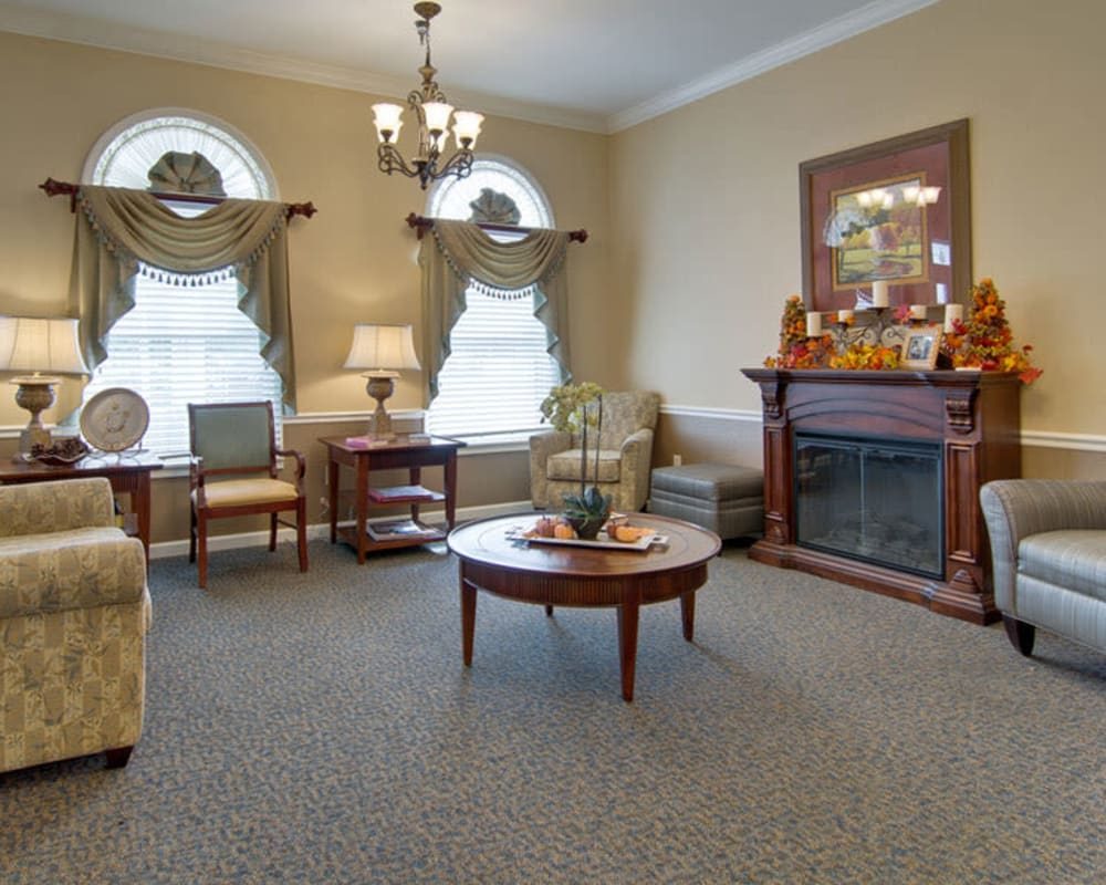 A comfy lounge at The Arbors at Dunsford Court in Sullivan, Missouri