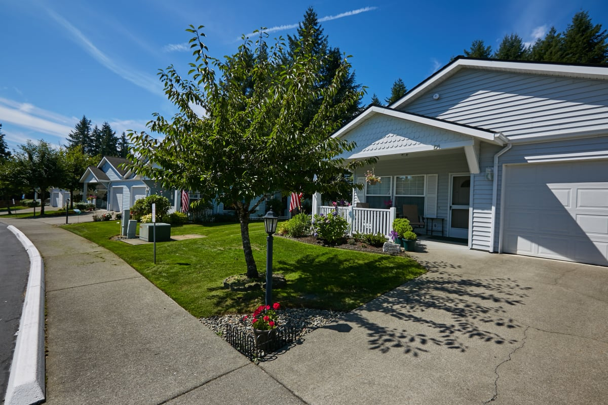 Independent living homes with a garage and driveway at Ashley Pointe in Lake Stevens, Washington