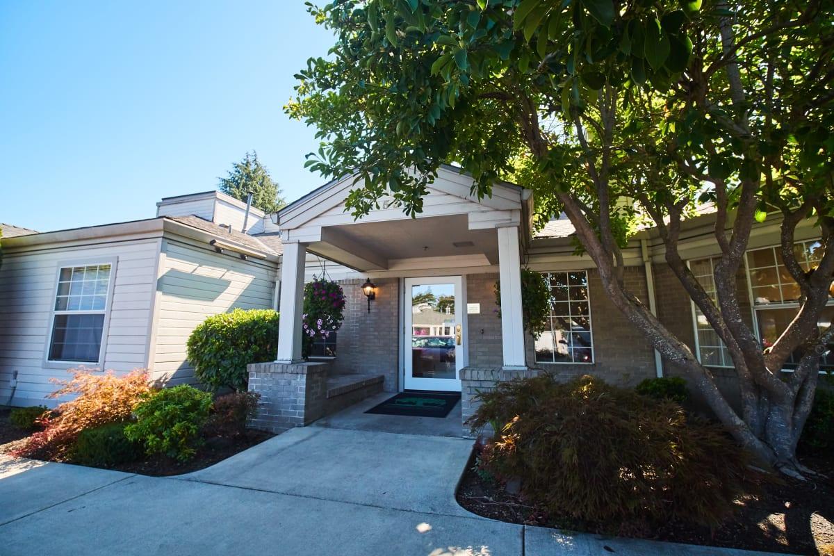 Covered entrance to Farmington Square Medford in Medford, Oregon