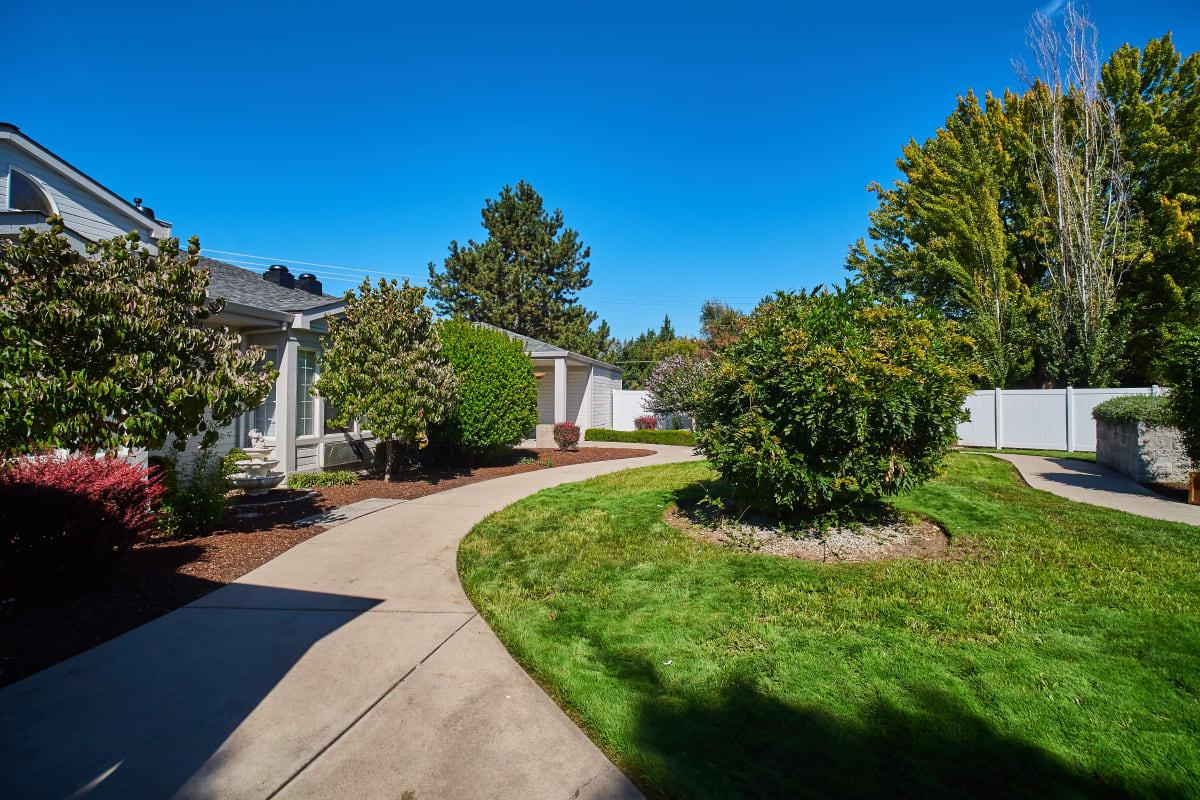 Circular path around a lawn outside Farmington Square Medford in Medford, Oregon
