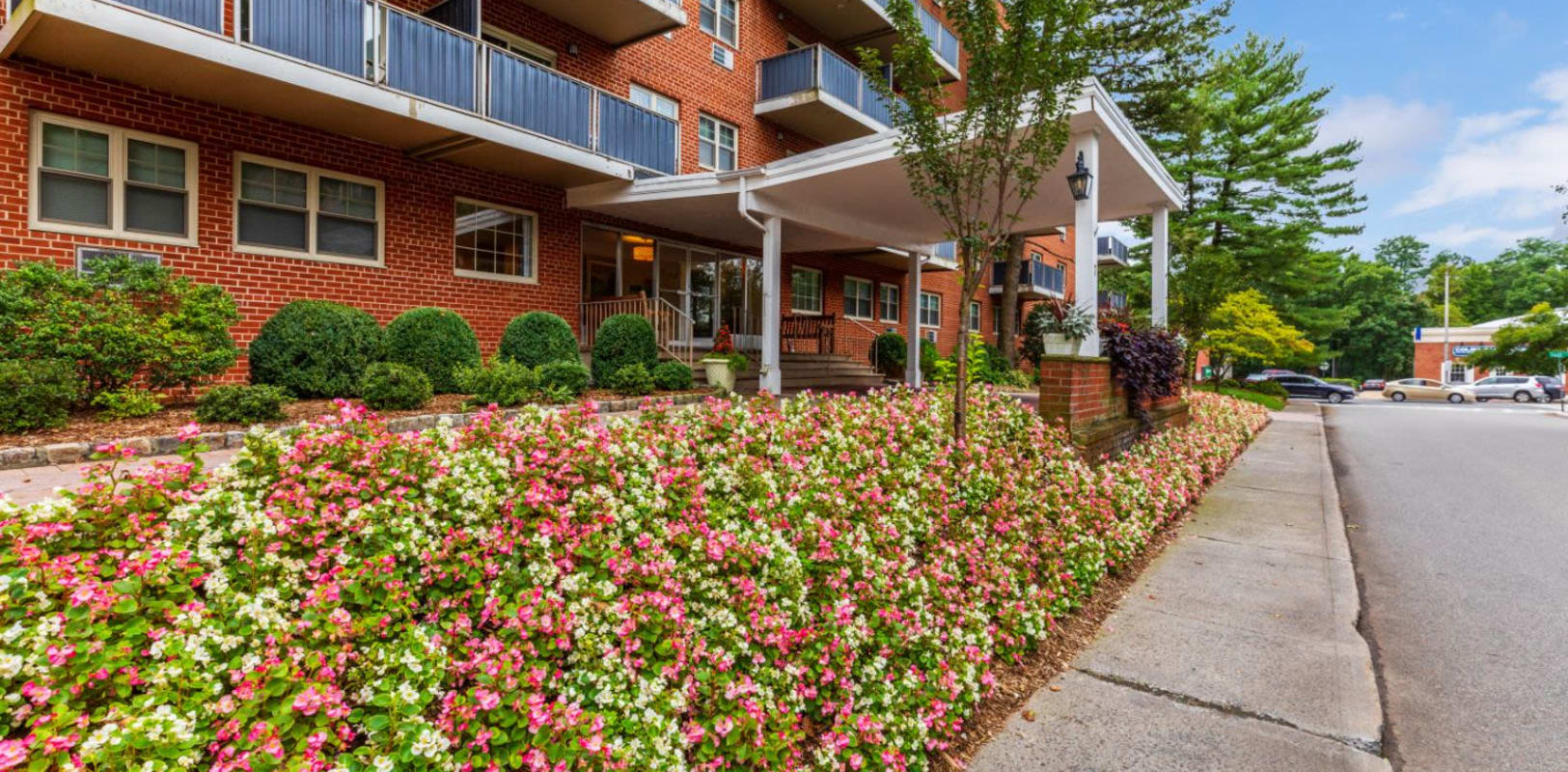 Lush landscaping at Hamilton Court in Morristown, New Jersey