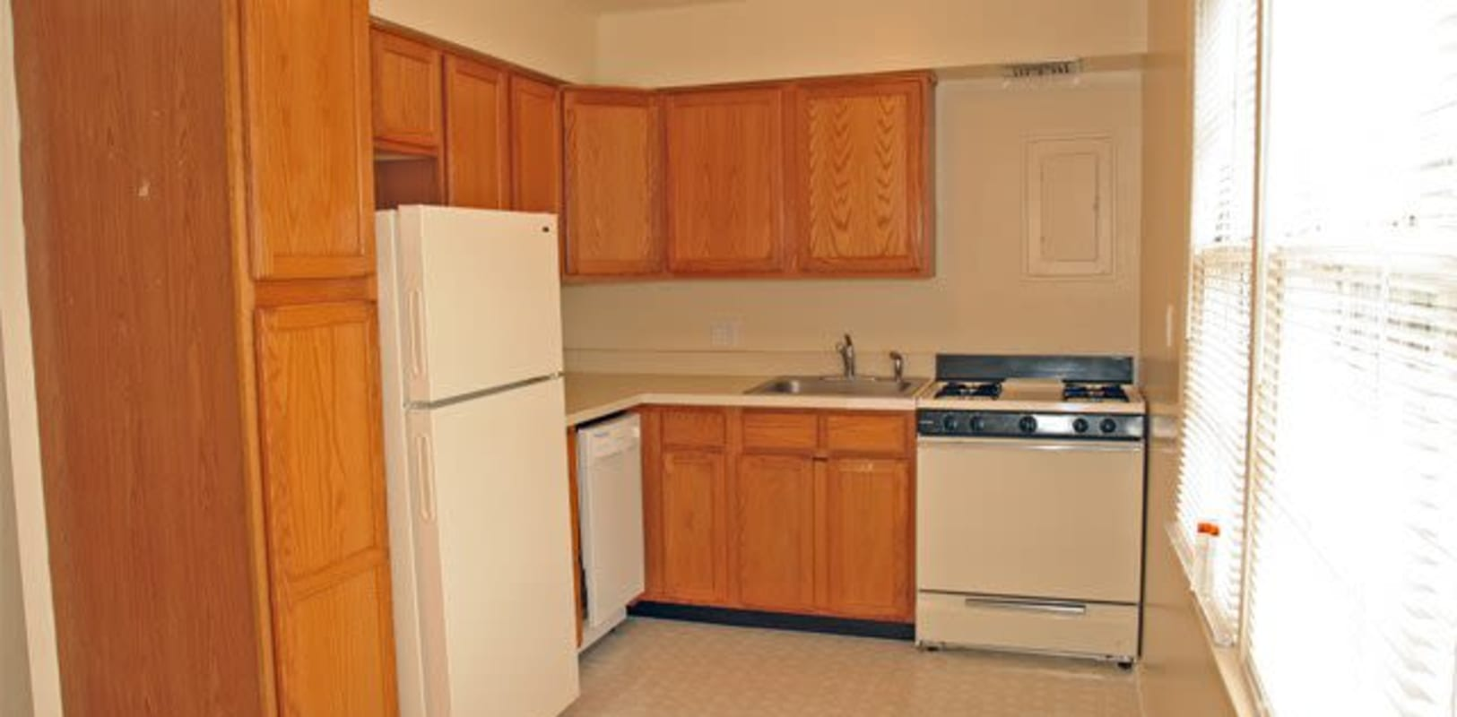 Fully equipped kitchen at Hunterdon Mews in Flemington, New Jersey