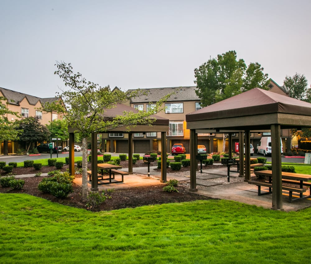 Picnic BBQ grilling area at The Colonnade Luxury Townhome Rentals in Hillsboro, Oregon
