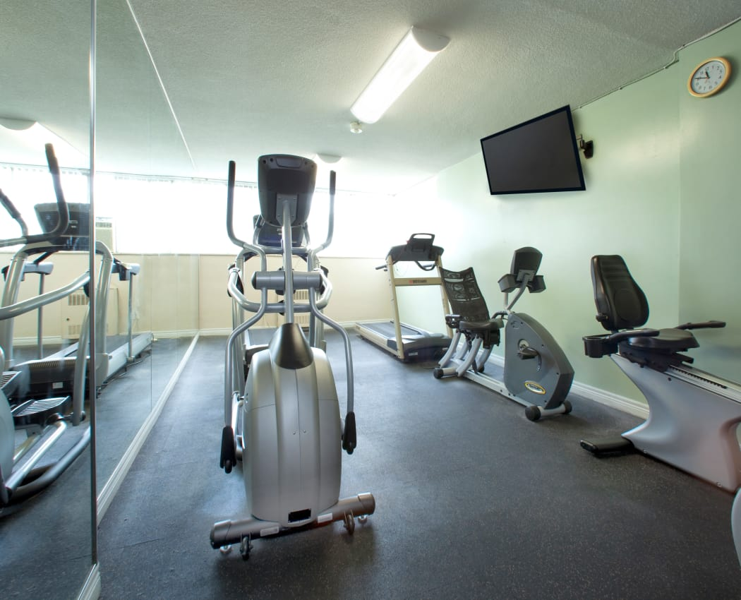 Enjoy apartments with a modern fitness center at Applewood on the Park