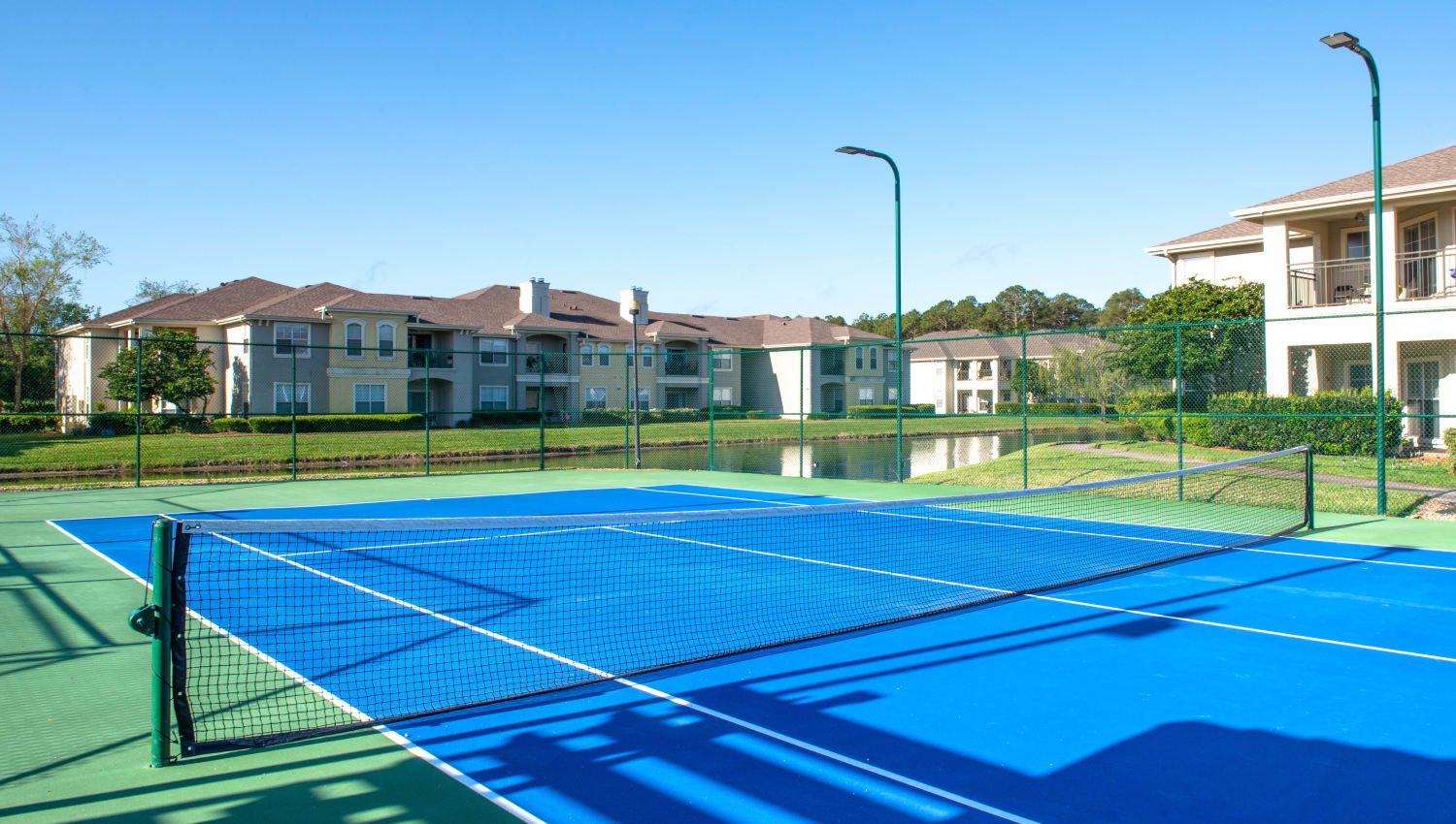 Well-managed onsite tennis courts at Cape House in Jacksonville, Florida