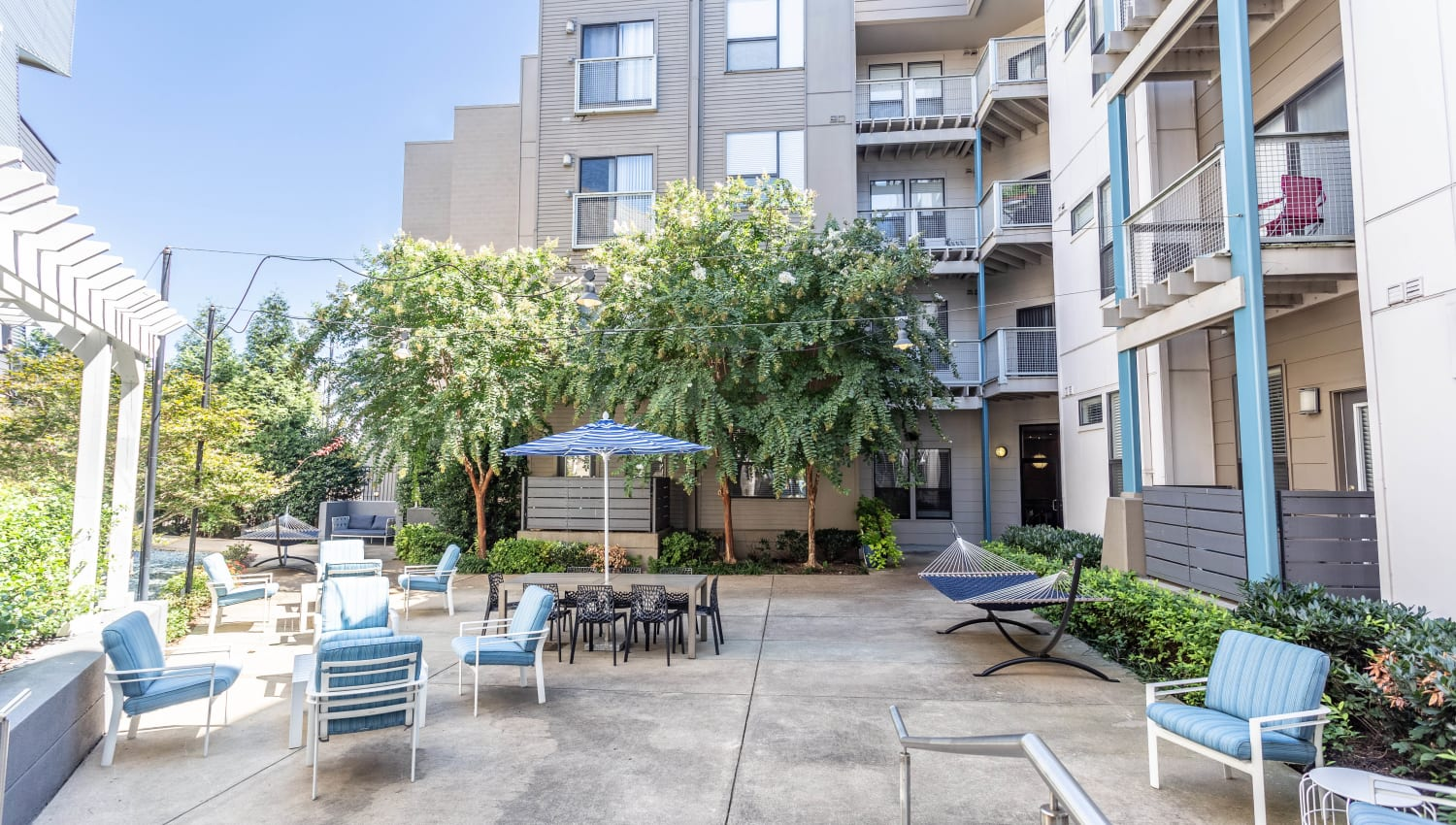 Exterior courtyard with comfortable places to relax at Olympus Midtown in Nashville, Tennessee