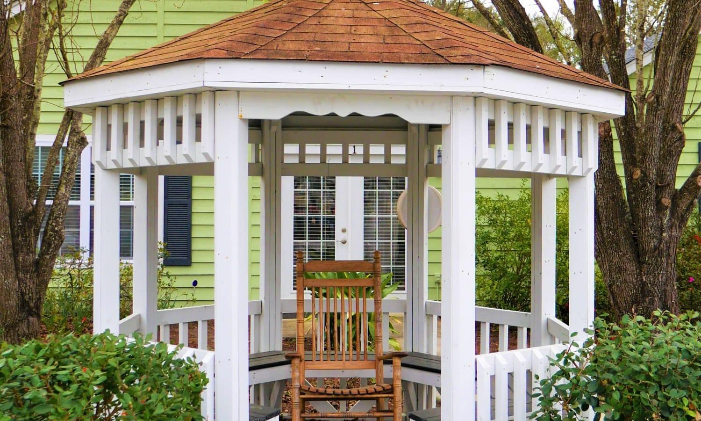 Outdoor quiet seating area at Sandpiper Senior Living in Mt. Pleasant, South Carolina