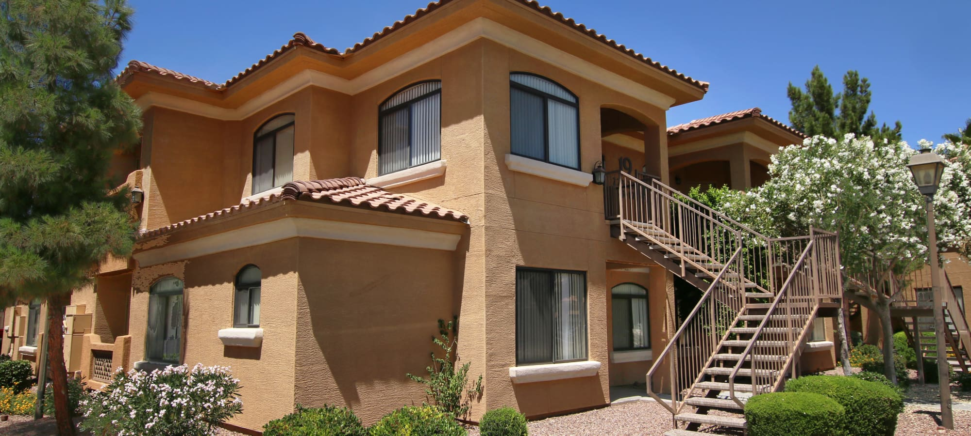 Exterior of apartments at The Retreat at the Raven in Phoenix, Arizona