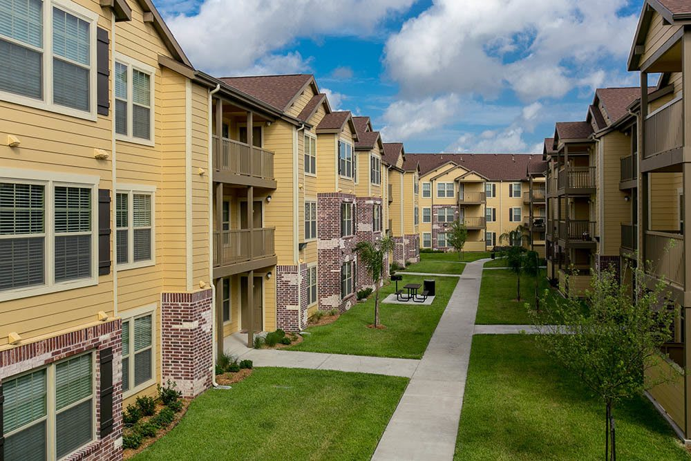 Well manicured grounds at Tuscana Bay Apartments