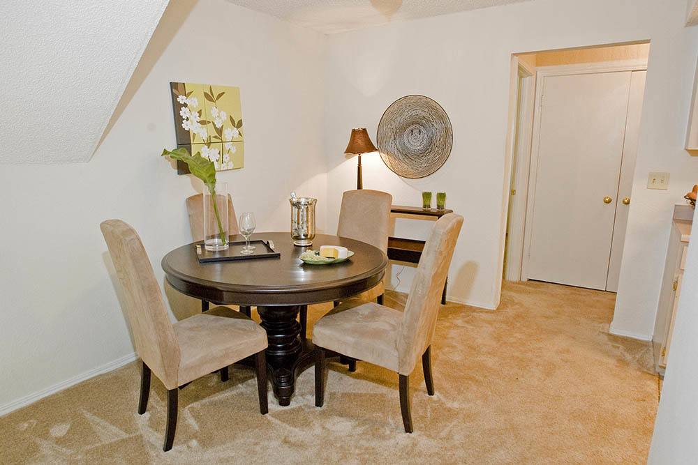 Dining table at Summerfield Place Apartments